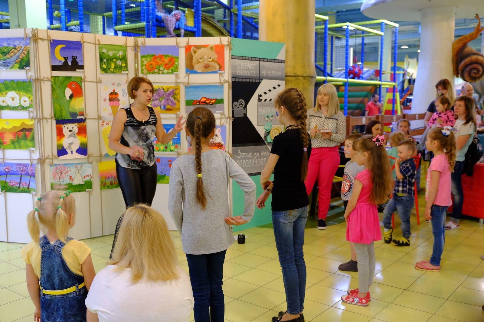 На 3-му поверсі ТРЦ відкрилася виставка дитячих малюнків
